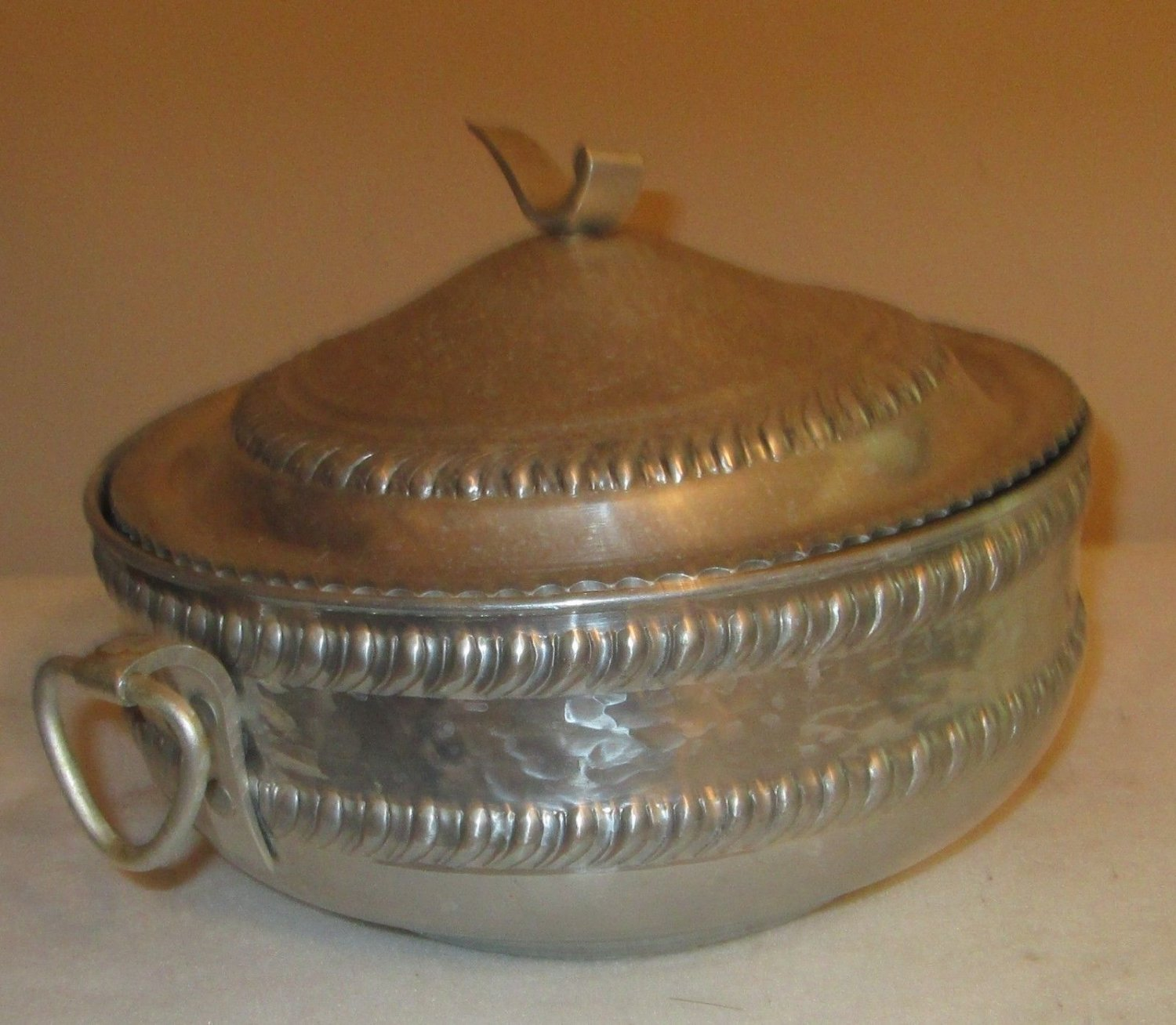VINTAGE HAMMERED ALUMINUM 2 1/2 QUART POT PAN LID SERVING COOKWARE