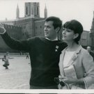 Tony Curtis with a lady and pointing. - 8x10 photo