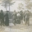 Tyska soldater visitera hemvandande belg. flyktingar 1914.(German soldiers frisk
