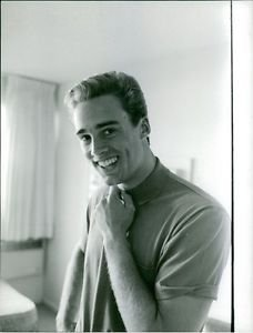 Sean Flynn smiling.  - 8x10 photo
