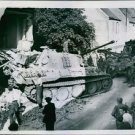 End of a Tiger tank, French civilians helps the military to remove the tank - 8x
