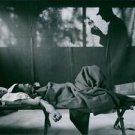 Stelkramp (Tetanus)Korea 1950-51A man with tetanus lying on bed, while anothe