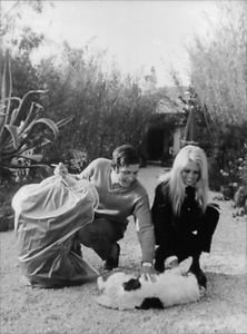 Gunter Sachs and  Brigitte Bardot in pampering. - 8x10 photo