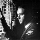 Russell Crowe holding gun. - 8x10 photo