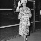 Quenn Elizabeth ll waving. - 8x10 photo