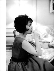 Elizabeth Taylor drinking. - 8x10 photo