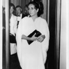 Elizabeth Taylor carrying a purse. - 8x10 photo