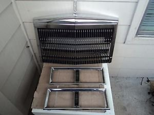 89 LINCOLN TOWN CAR GRILLE WITH LEFT AND RIGHT HEADLIGHT BEZEL MOLDING PANEL