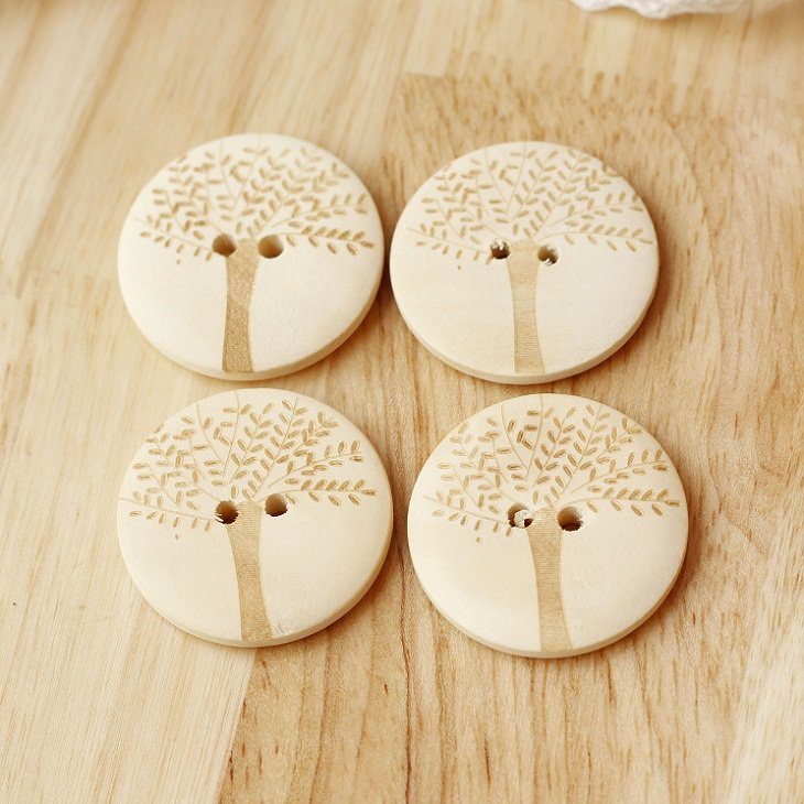 Tree engraved round natural wooden buttons