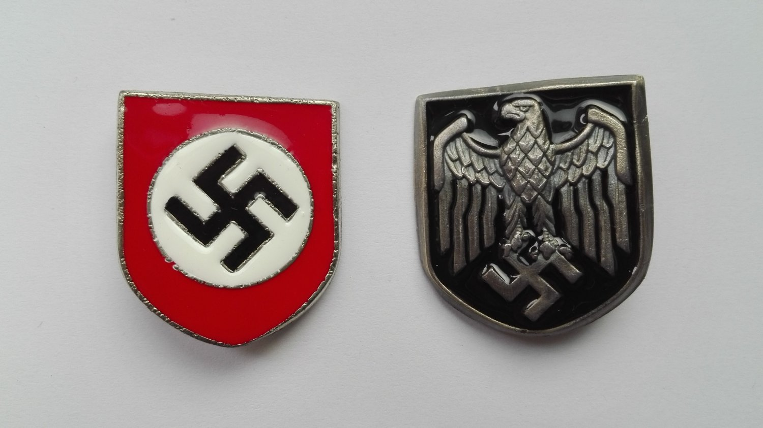 WWII GERMAN PITH HELMET INSIGNIA
