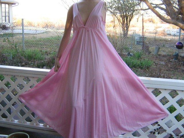 "Mega 200"" Sweep Pink Goddess Flowing vintage Nightgown M S"