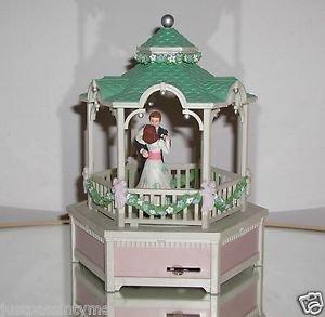 "ENESCO ""TRUE LOVE"" MUSICAL BOX MOVEMENT SPINS WORKS 1985 COUPLE WEDDING GAZEBO"