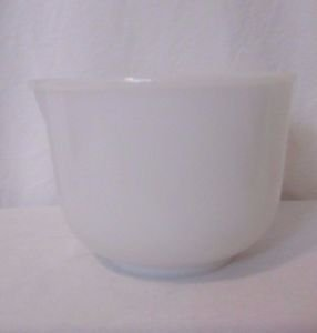 VINTAGE SUNBEAM GLASBAKE MILK GLASS POUR SPOUT SMALL MIXING BOWL - 20CJ