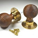 A PAIR OF VICTORIAN STYLE WOOD AND BRASS BEEHIVE DOOR KNOBS C/W FIXINGS AF4