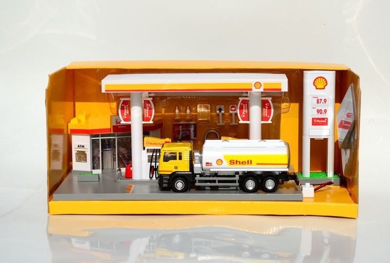 RMZ 1/64 Shell gas station with fuel tanker