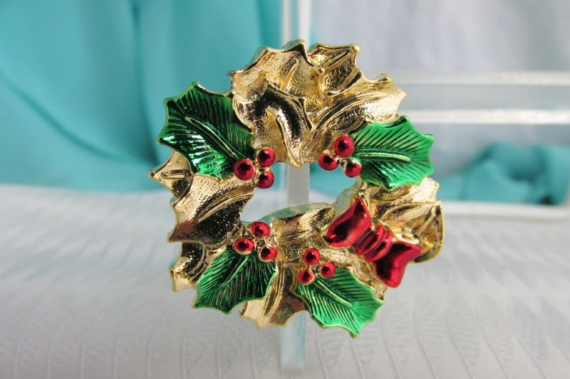 Vintag Gerry's Christmas Holly & Berries Wreath Pin Gold Plate Red Green Enamel