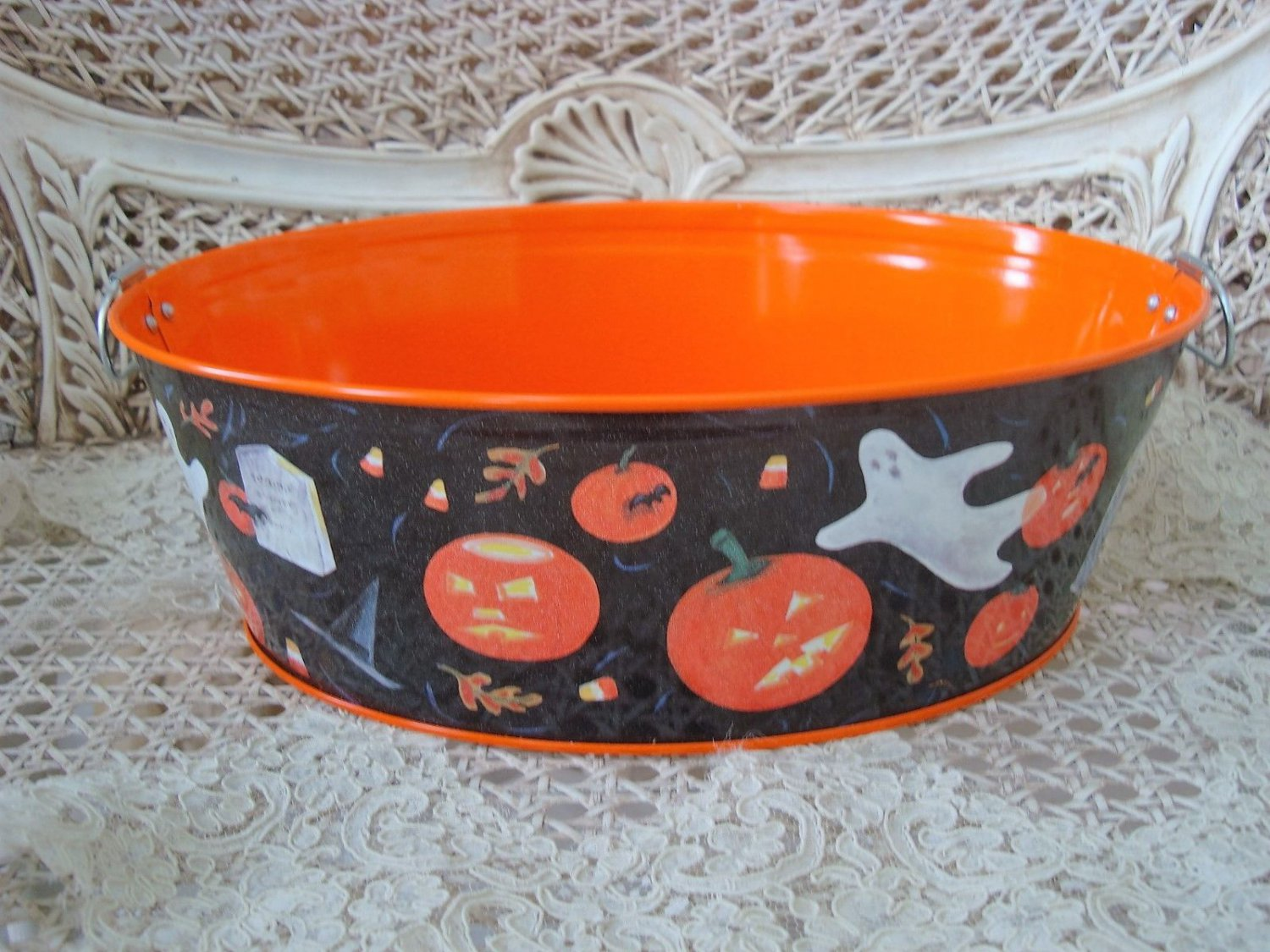 WHIMSICAL HALLOWEEN METAL TIN WITH GHOSTS PUMPKINS CANDY CORN BATS CATS *SO CUTE