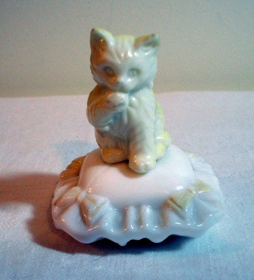 Avon kitten on milk glass cushion perfume bottle filled cat vintage cm1054