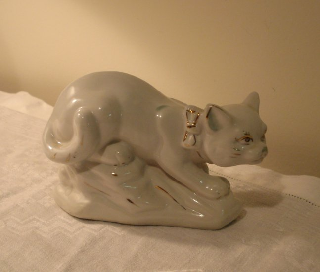 Crouching cat figurine white Chinese porcelain gold accents vintage cm1305