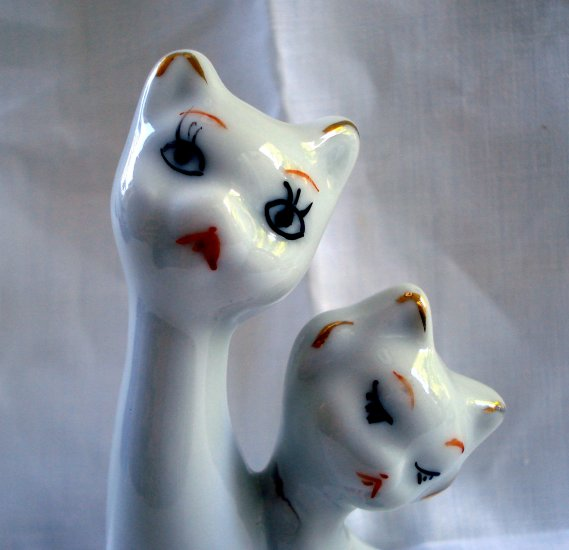 Chinese porcelain romantic or lovestruck 2 cat figurine old but as new vintage cm1349