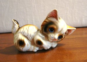 Adorable calico kitten figurine playful pose ceramic cold painted Japan vintage cm1462