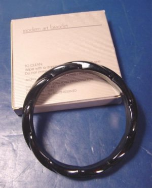 Vintage Avon Modern Art bangle bracelet 1986 black plastic with box
