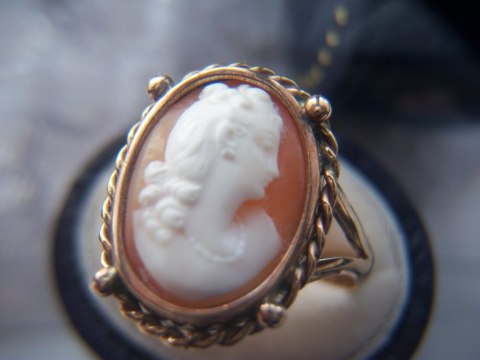 Victorian Gold High Relief Shell Portrait Cameo Ring. (Click photo for Euro price).