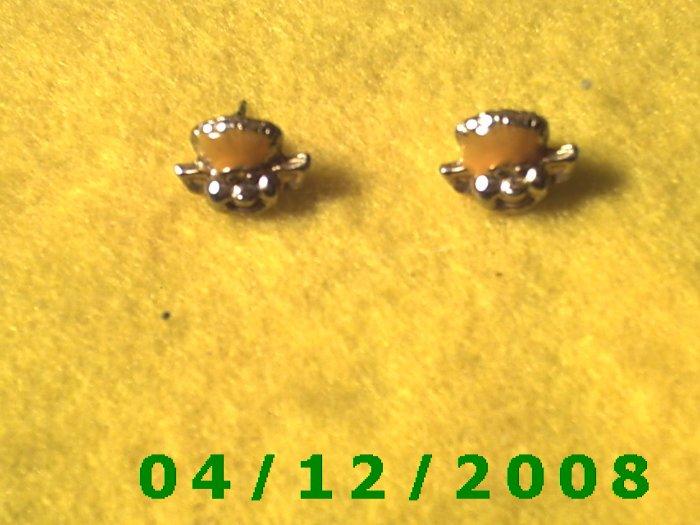 Gold Character Pierced Earrings      Q1003