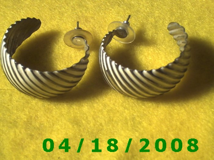 Silver Hoop Pierced Earrings    Q3035