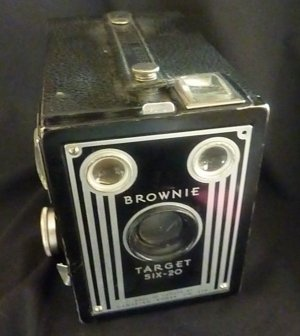 Antique Target BROWNIE Six-20 Camera  (1941  1946) - Canada