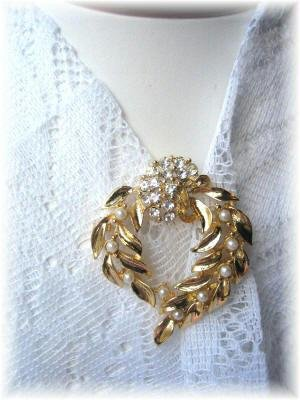 Vintage Beautiful rhinestone faux pearl vintage pin