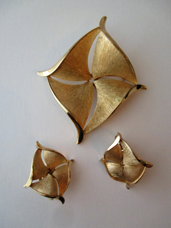 Crown trifari signed vintage pin earring set clip