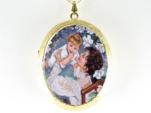 LOVING MOM AND BABY PORCELAIN CAMEO LOCKET NECKLCAE