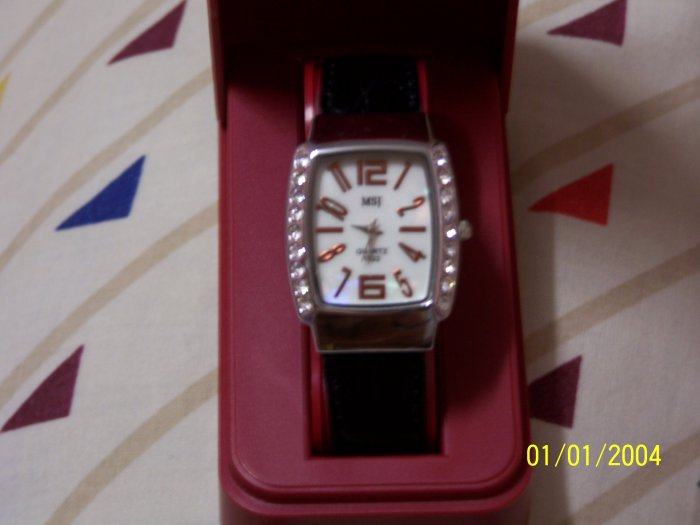 Quartz watch with Mother of Pearl & Crystal Look.