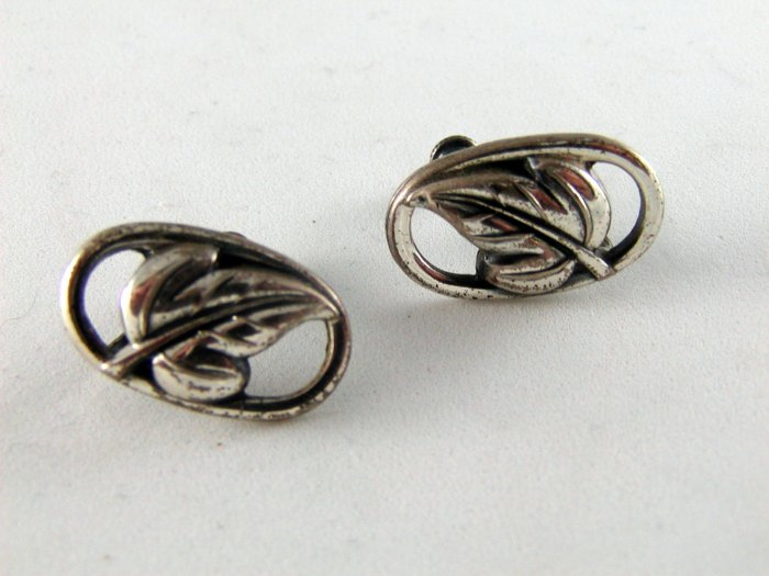 VINTAGE STERLING SILVER LEAF DESIGN SCREW BACK EARRINGS