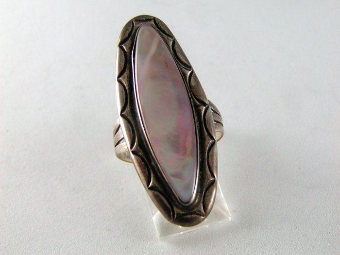 VINTAGE NATIVE AMERICAN STERLING SILVER ABALONE OR MOTHER OF PEARL RING SZ 7 1/2