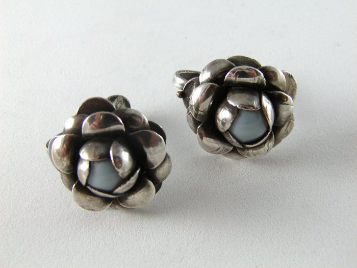 VINTAGE PRE EAGLE MARK MEXICAN STERLING SILVER SCREW BACK FLOWER EARRINGS