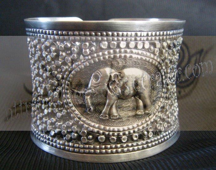 B06Big Bracelet with carve elephant