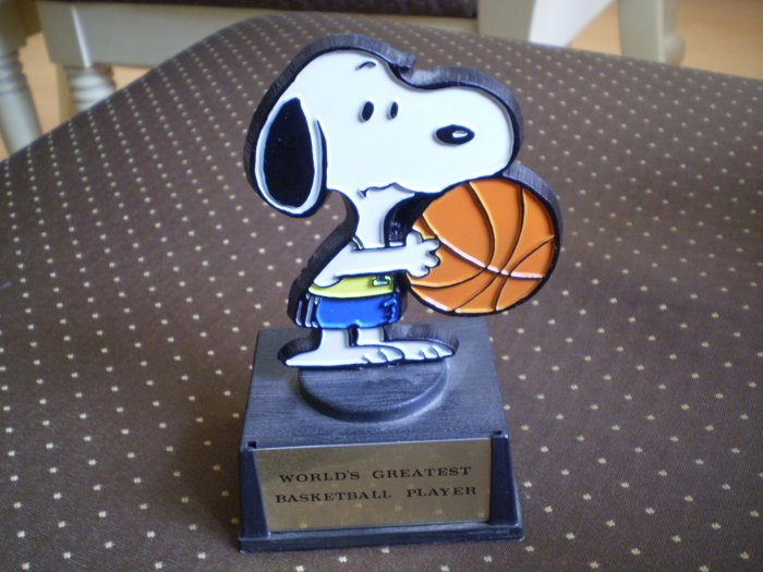 VINTAGE 1971 SNOOPY TROPHY WORLD'S GREATEST BASKETBALL PLAYER AVIVA PEANUTS BEAGLE