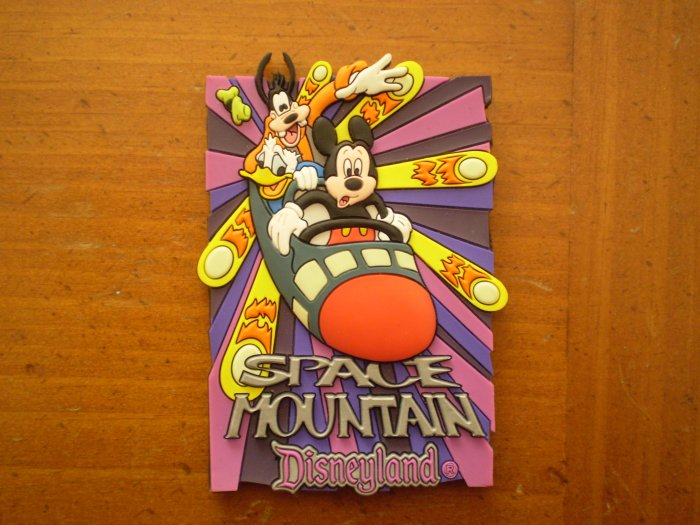 DISNEYLAND SPACE MOUNTAIN MAGNET 3D GLOW IN THE DARK DISNEY