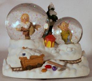 Disney Princess Snow White Musical Snowglobe Waterball 7 Dwarfs