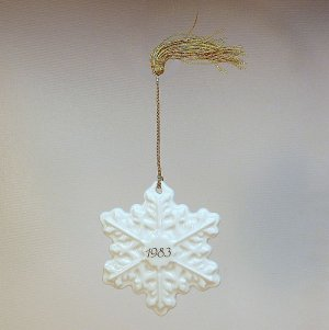 vintage Avon ceramic snowflake ornament Christmas Remembrance 1983 white made in Japan box