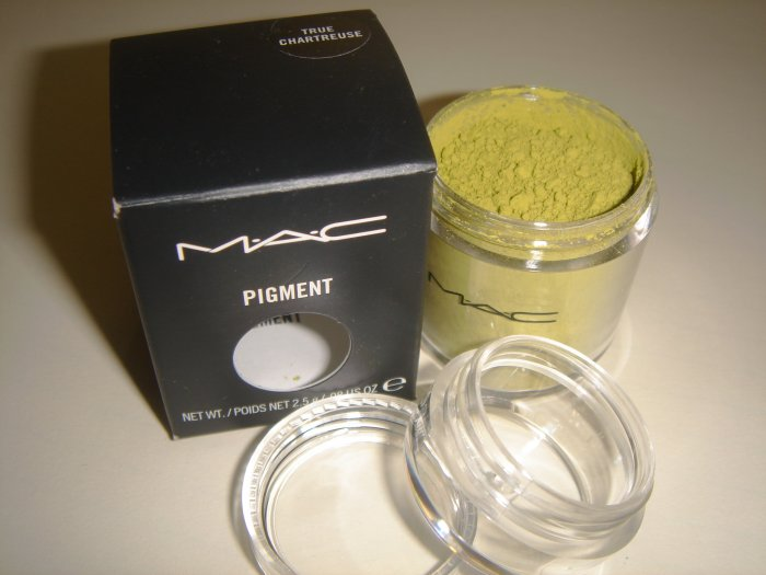 MAC Pigment Sample in *True Chartruese* PRO color