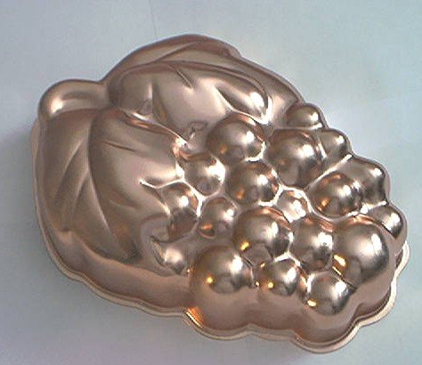 WEAR-EVER COPPER MOLD~GRAPES DESIGN~5 CUP CAPACITY~PRETTY