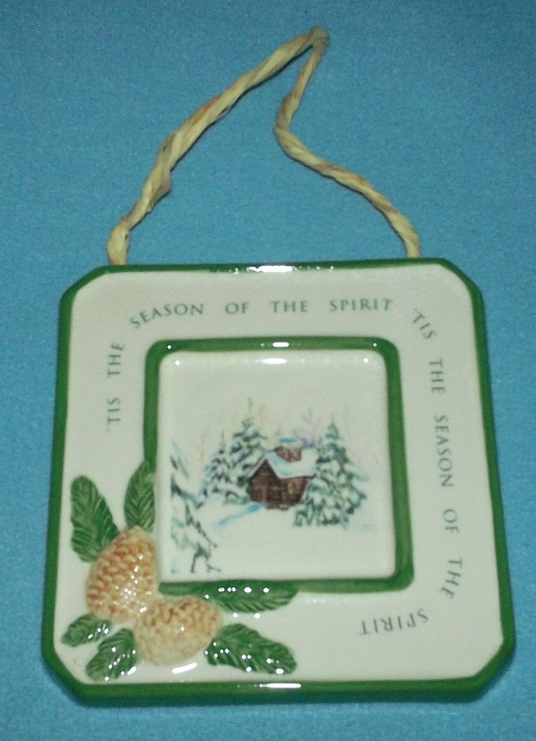 DECORATIVE CHRISTMAS TILE ~COTTAGE AND PINECONES~RAFFIA HANGER~NEW IN BOX