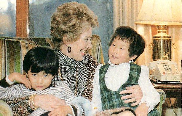 Nancy Reagan in Korea with Children 1983 Chrome Postcard - 2698