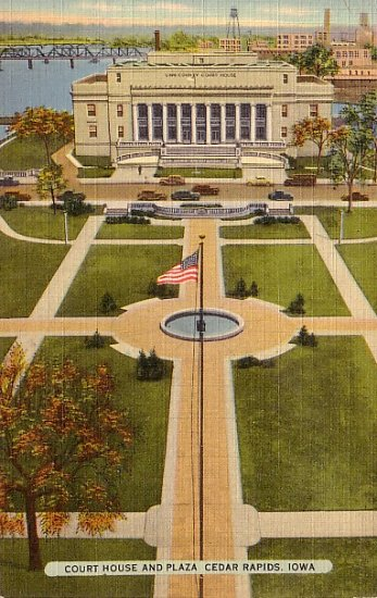 Court House and Plaza in Cedar Rapids Iowa IA, Mid Century Linen Postcard - 2741