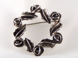 """VINTAGE PIN BROOCH Sarah Coventry """"Antique Rose"""" Wreath Antiqued Silvertone Metal Circle"""