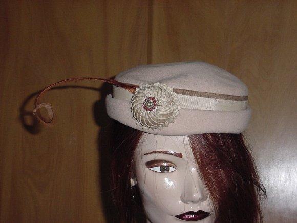 Vintage Jonquil Womens hat Tan Beige Art deco rosette bent feather No. 29