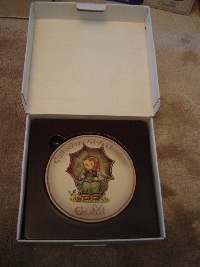 """M I Hummel exclusive Goebel Collector's Club Special Edition # 2 Plaque """"Smiling Through"""" in box"""